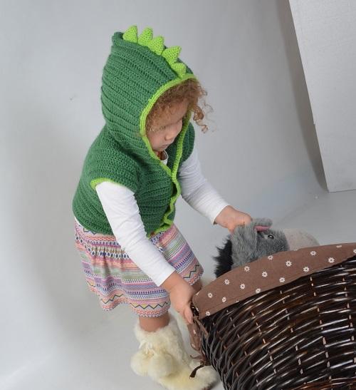 אפודת דינוזאור במסרגה אחת לתינוק ולילד