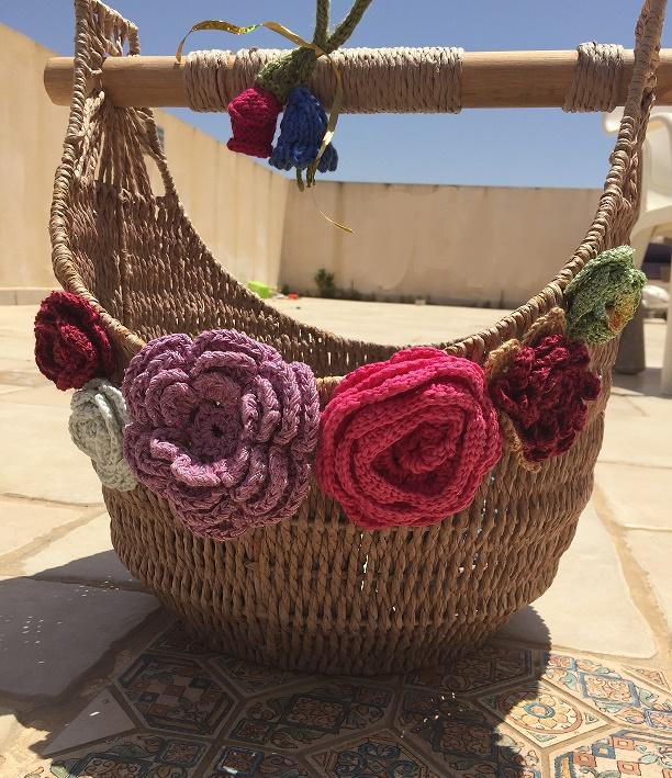 טנא מקושט בפרחים סרוגים